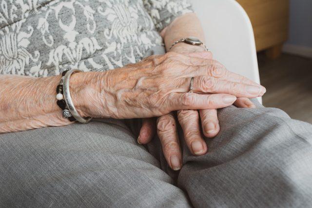 Žena vylákala ze seniorů téměř čtyřicet tisíc korun