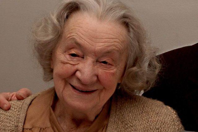 Josefína Napravilová si v 95 letech v Lidicích u Kladna převzala čestné občanství obce