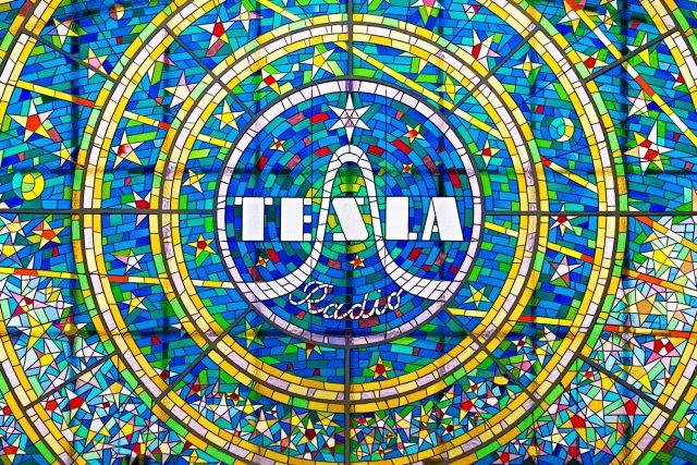 Vitráž s logem československého podniku Tesla Radio v Pasáži Světozor (Vodičkova ulice, Praha)