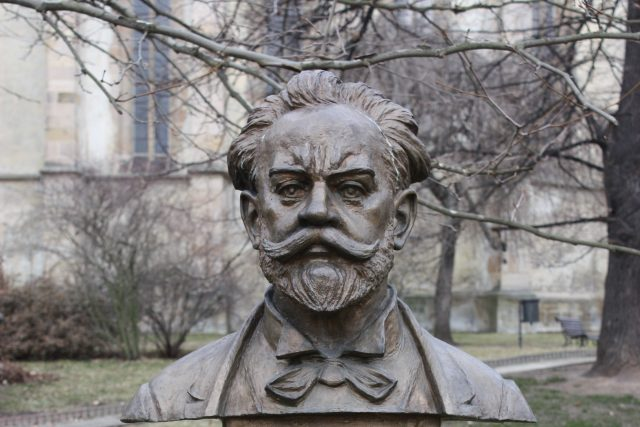 Busta Antonína Dvořáka v parku v Rakovníku,  v pozadí kostel sv. Bartoloměje | foto: Wikimedia Commons,  CC0 1.0