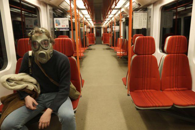 Cestující pražského metra se chrání proti koronaviru