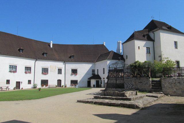 Nádvoří hradu v Nových Hradech