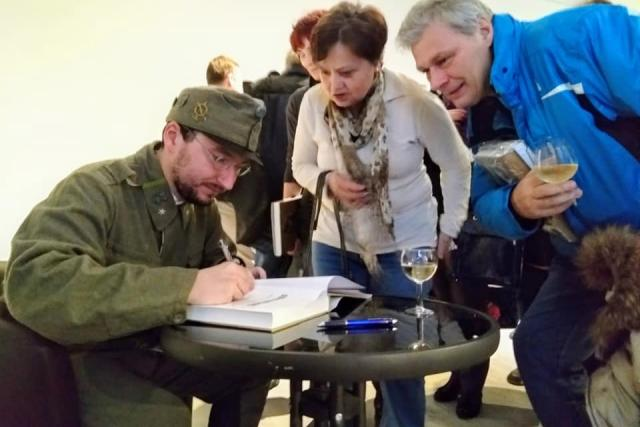Jan Ciglbauer podepisuje svou knihu Jednadevadesátníci – Skutečný příběh dobrých vojáků 91. regimentu