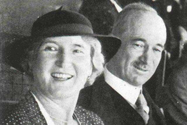 Hana Benešová s manželem na třibuně (1934)