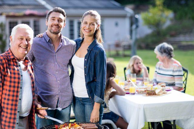 Rodinná večeře na zahradě u grilu