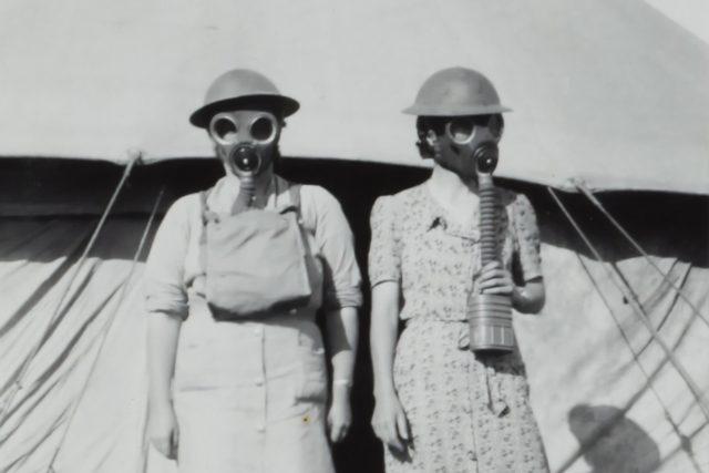 Dvě ženy s plynovými maskami během druhé světové války, Izrael