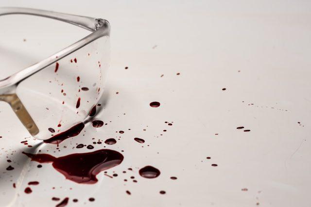 Brýle se stopami krve