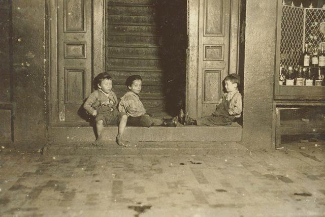 Sirotci, kluci na ulici. 1909