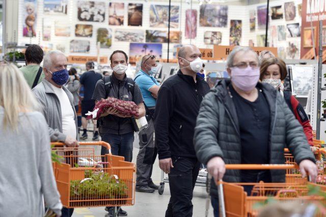 Zákazníci v hobbymarketech, které jsou otevřené v rámci uvolňování restrikcí