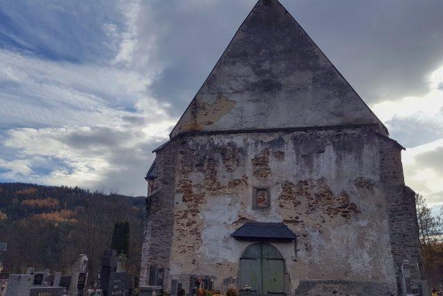 Štít kostela,  kde lze pozorovat dívčinu tvář   foto: Kateřina Dobrovolná,  Český rozhlas