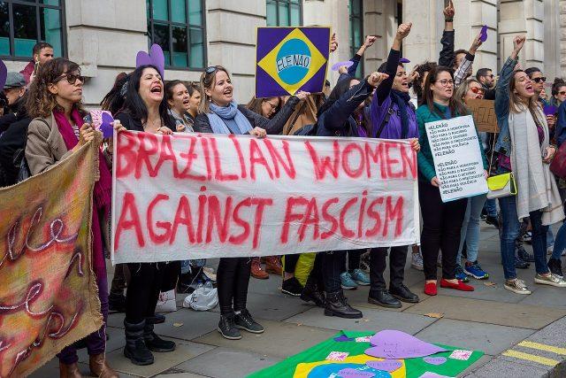 Brazilky V Londýně protestují proti zvolení Bolsonara do čela státu