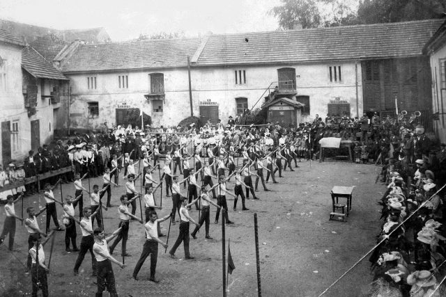 Cvičení Sokola Škvorec na dvoře pivovaru 1908 | foto: Wikimedia Commons,  CC0 1.0