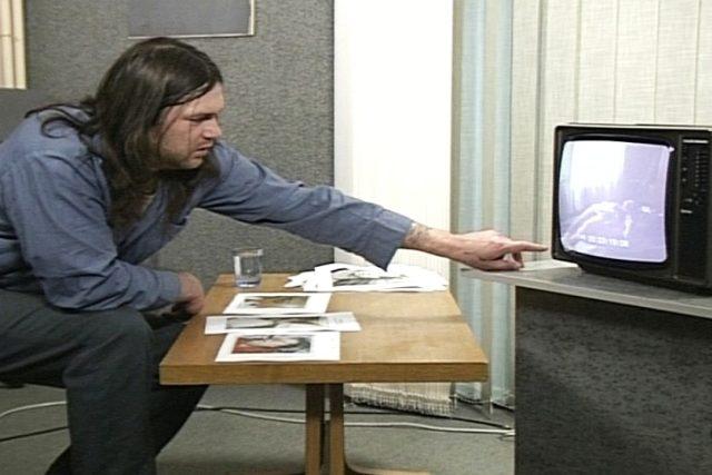 Jindřich Gančarčík sleduje záběry z místa činu
