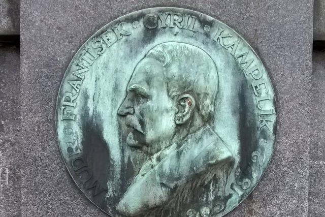 Plaketa na hrobě Františka Cyrila Kampelíka v Hradci Králové – Kuklenách   foto: Wikimedia Commons,  CC0 1.0