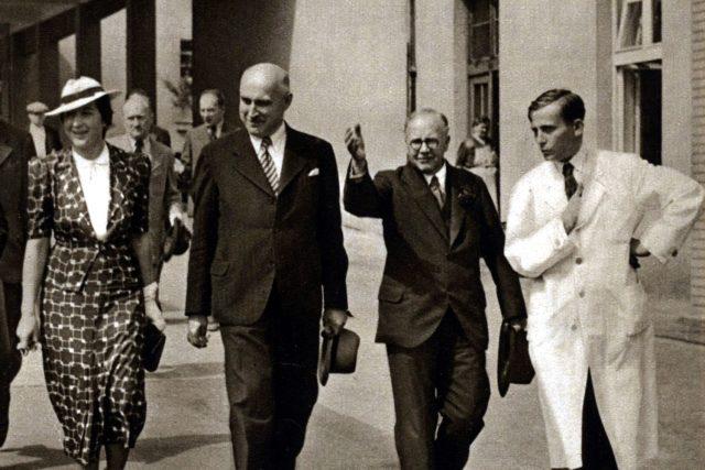 Milada Horáková a Alois Štůla (druhý zleva) doprovázejí britského ministra zdravotnictví v Masaryk. dom., 1937