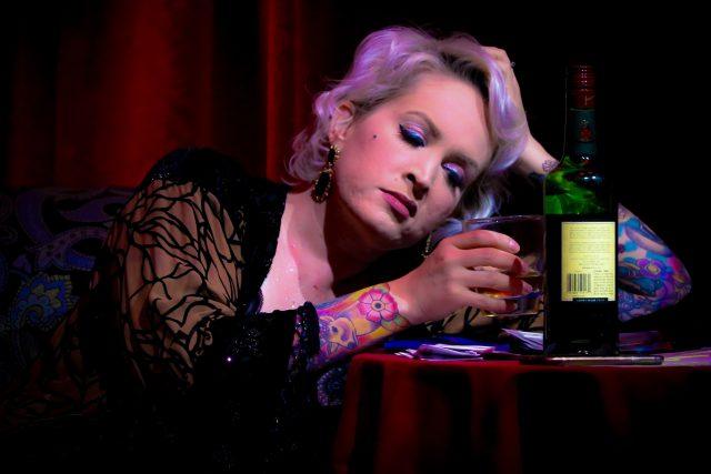 Žena s lahví whiskey