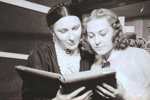 Jarmila Švabíková a Zita Kabátová z inscenace Světáci v Městském divadle na Poříčí (1942)