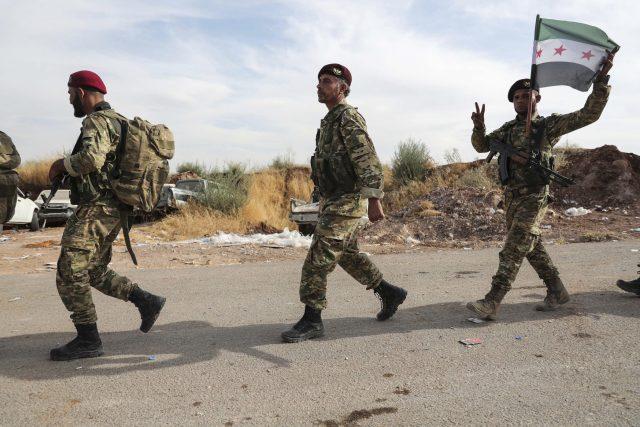 Příslušníci Tureckem podporované Svobodné syrské armády přecházejí hranici do Sýrie