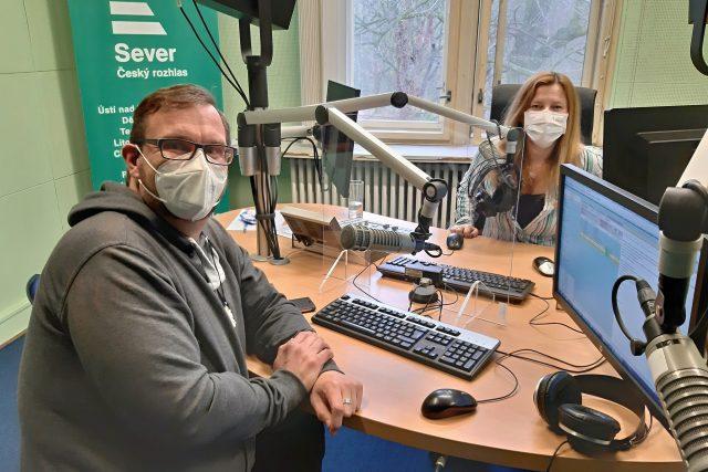 Hypnoterapeut Šimon Pečenka s moderátorkou Lenkou Šobovou ve studiu Českého rozhlasu Sever