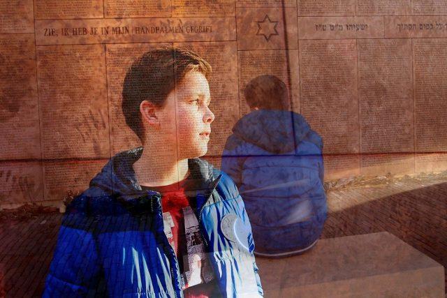 Chlapec u židovského památníku