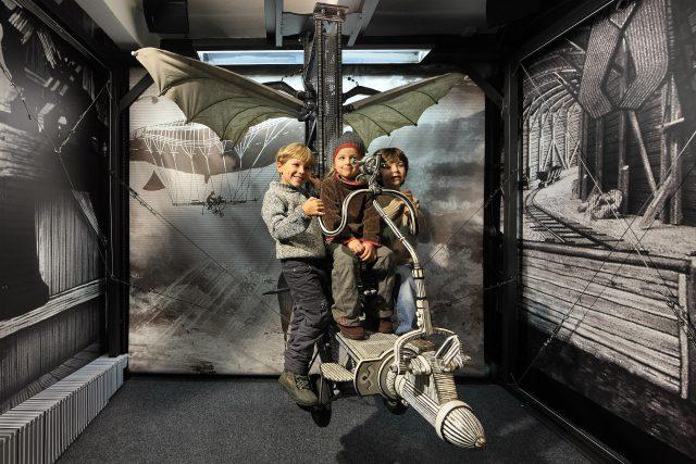Děti na létajícím stroji | foto: Libor Sváček,  Muzeum Karla Zemana