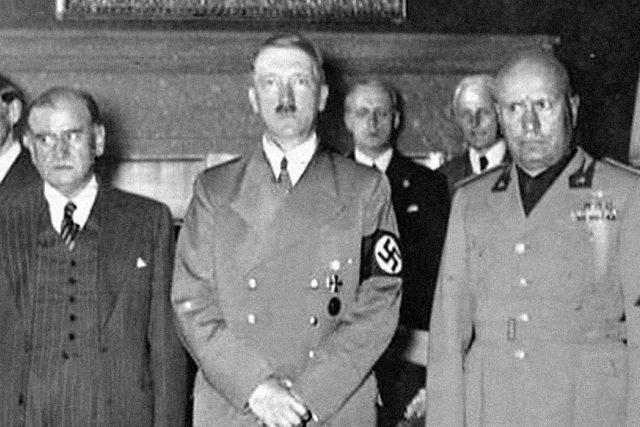 Fotografie z průběhu Mnichovských jednání. Zleva vpředu: Neville Chamberlain (Velká Británie), Édouard Daladier (Francie), Adolf Hitler (Německo) a Benito Mussolini (Itálie)