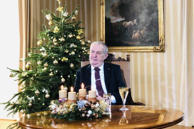 Prezident Miloš Zeman na zámku v Lánech při natáčení svého vánočního poselství | foto:  Twitter/Jiří Ovčáček