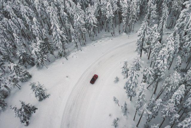 Auto v zimní krajině