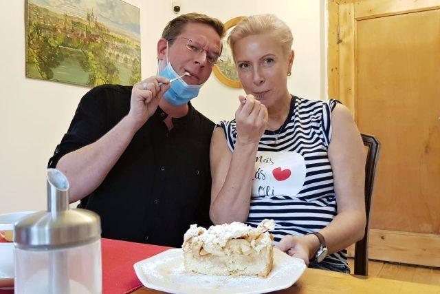Aleš Cibulka se zpěvačkou Renatou Drössler při natáčení Toboganu v pyžamu