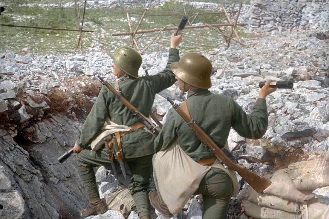 Rakouskouherští vojáci házející granáty