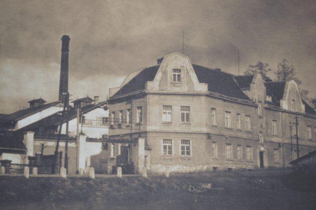 Továrna v Ronově nad Sázavou, ke které patřily i dva na tehdejší dobu moderní zaměstnanecké byty