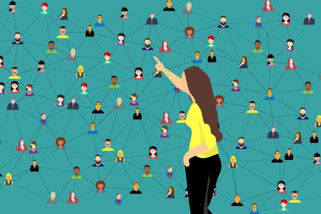 Potřeba veřejně sdílet intimní věci je dána společenskou normou a naší potřebou hrát divadlo