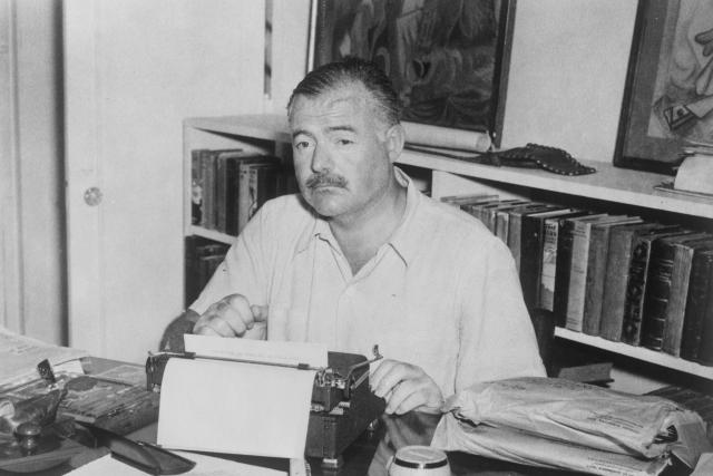 Ernest Hemingway u psacího stolu (1945)