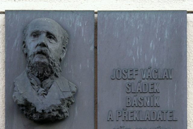 Josef Václav Sládek – pamětní deska na budově OA v Praze | foto: Matěj Baťha,  Wikimedia Commons,  CC0 1.0