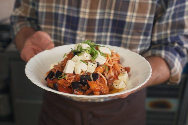 Vaření za hubičku s Romanem Paulusem: Špagety s rajčaty a lilkem | foto: Josef Tuka,  Český rozhlas