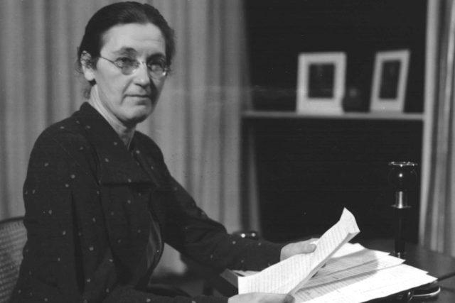 Marie Tumlířová v rozhlasovém studiu (1937).jpeg