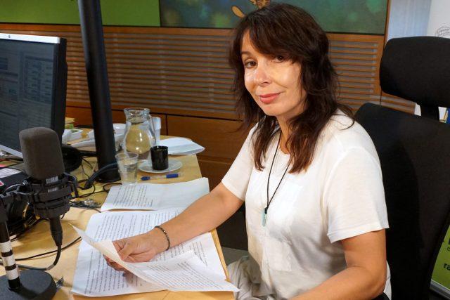 Pohádku čte živě ve studiu Rádia Junior Nela Boudová.