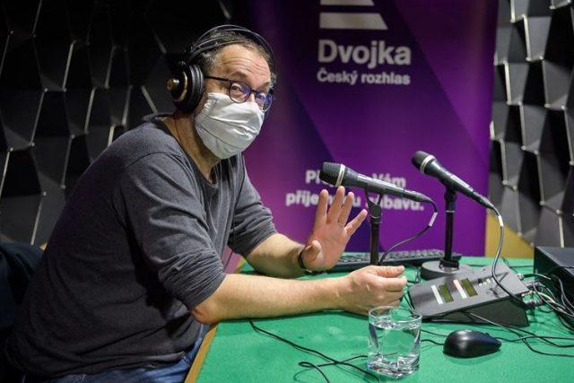 Josef Polášek s rouškou ve studiu Dvojky