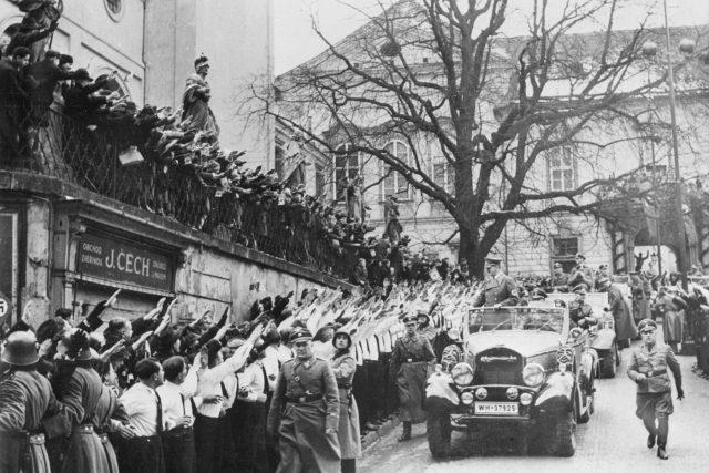 Adolf Hitler na návštěvě v Brně. V pozadí dnešní Nová radnice
