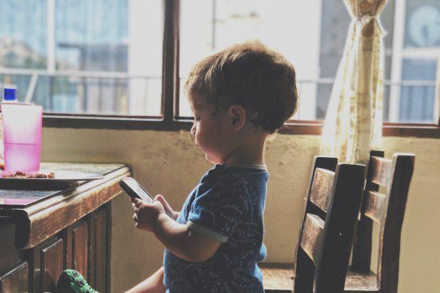 Dítě s telefonem