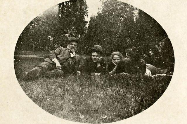 Antonín Dvořák v trávě na Vysoké   foto: Národní muzeum