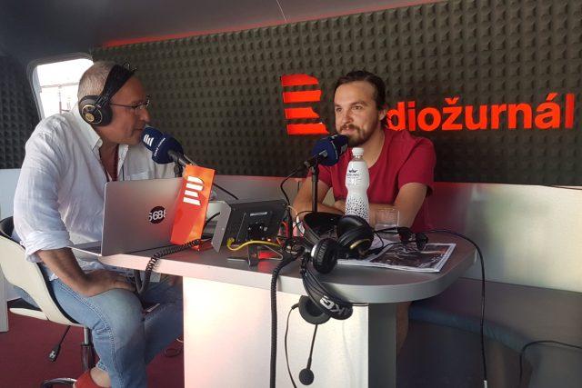 Moderátor Jan Pokorný a režisér Adam Sedlák na karlovarském filmovém festivalu  | foto: Barbora Turazová