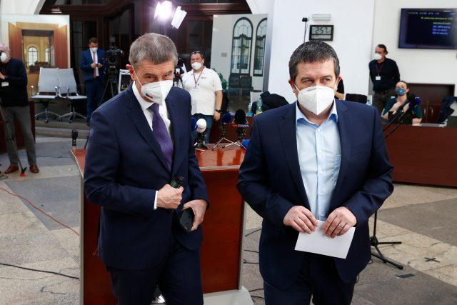 Premiér Andrej Babiš (vlevo) a první místopředseda vlády Jan Hamáček vystoupili na mimořádné tiskové konferenci