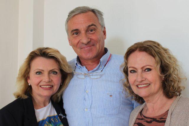 Hana Buštíková, Dana Vlková (duo Kamélie) a moderátor Jan Čenský