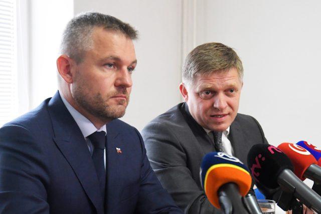 Vlevo premiér Peter Pellegrini, vpravo předseda strany Smer Robert Fico