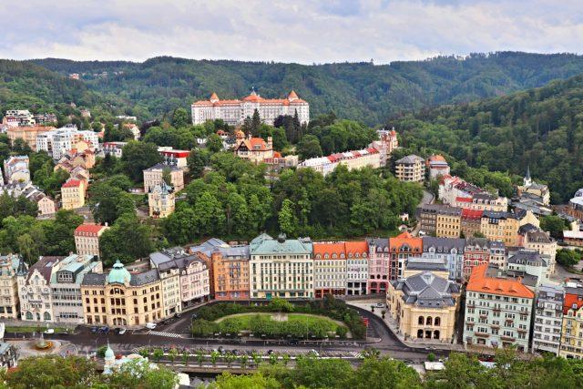 Pohled z Mayerova glorietu na Karlovy Vary