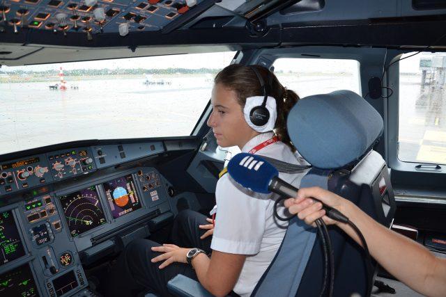 Kdo je současnou nejmladší pilotkou Československých Aerolinií a jak se k létání dostala?