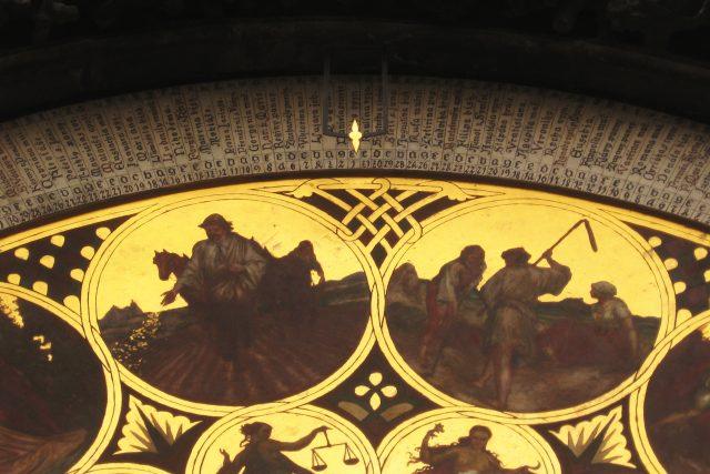 Detail kalendáře z 19. století pod astronomickou částí orloje. Kalendář ukazuje datum 1. září