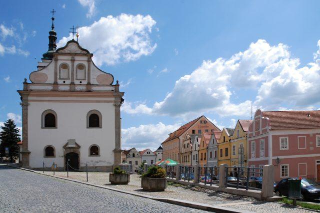 Horšovský Týn,  kostel sv. Petra a Pavla,  vpravo měšťanské domy | foto: Zorka Sojka,  Wikimedia Commons,  CC BY-SA 4.0