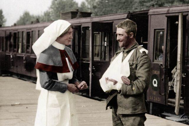 Zdravotní sestra a zranění voják čekají na vlak na západní frontu